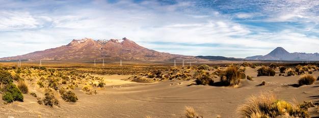 Trzy wulkany na pustynnej drodze na płaskowyżu centralnym nowej zelandii