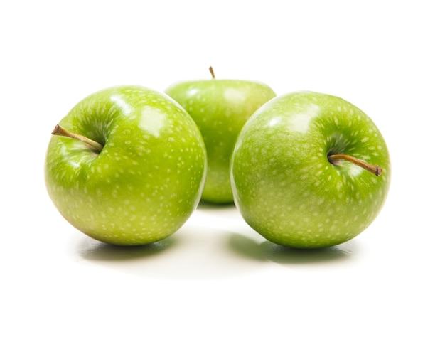Trzy zielone jabłko, na białym tle