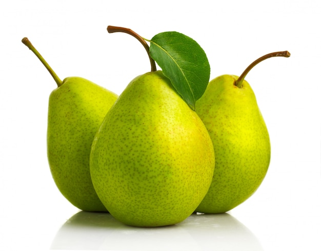 Trzy zielonej bonkrety owoc z liśćmi odizolowywającymi
