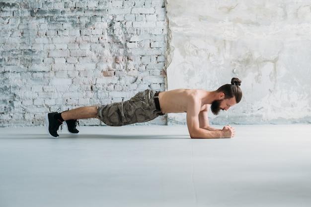 Trzymaj deski. człowiek ćwiczący. trening fitness i ćwiczenia na siłowni. sportowy styl życia