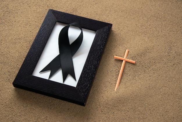 Trzymaj krzyż z ramką na piasek