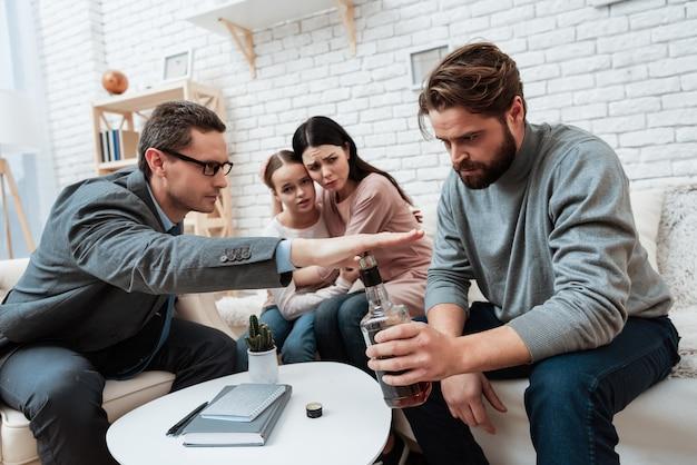 Trzymaj psychologa problem z alkoholizmem ręki pacjenta