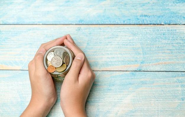 Trzymaj ręcznie pieniądze na oszczędności