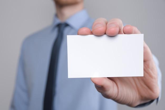 Trzymaj rękę biznesmena pokazując wizytówkę