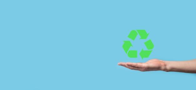 Trzymaj rękę ikona recyklingu. pojęcie ekologii i energii odnawialnej. znak eco, koncepcja zapisz zieloną planetę. symbol ochrony środowiska. recykling odpadów. symbol dnia ziemi, koncepcja ochrony przyrody