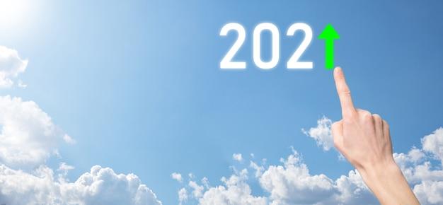 Trzymaj rękę pozytywną ikonę 2021 na powierzchni nieba