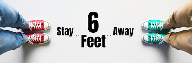 Trzymaj się 6 stóp od siebie, aby zachować dystans podczas pandemii koronawirusa