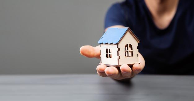 Trzymając dom ręką