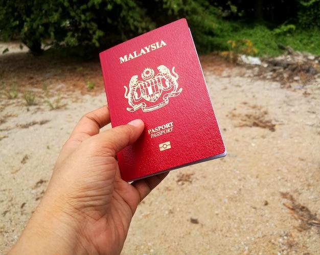 Trzymając malezyjski paszport w ręku