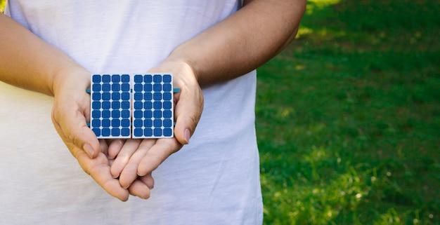 Trzymając panel fotowoltaiczny energii słonecznej