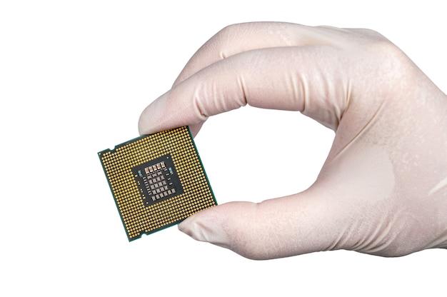 Trzymając procesor w białych rękawiczkach na białym tle.