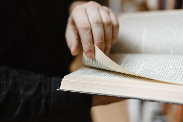 Trzymając się za ręce dużą książkę