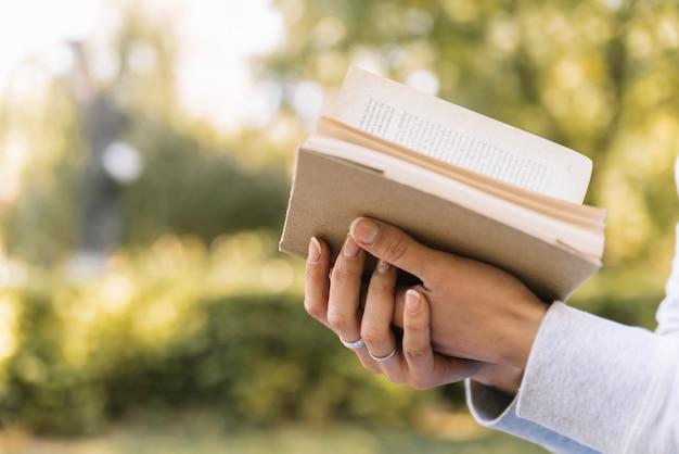 Trzymając się za ręce otworzyć książkę