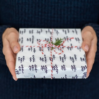 Trzymając się za ręce prezent z cukierków sznurkiem i liściem
