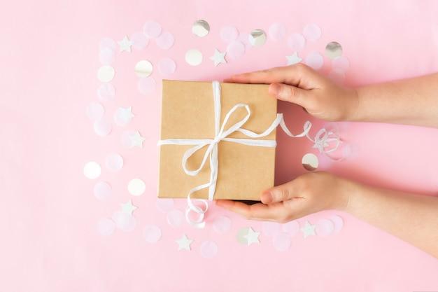 Trzymając się za ręce pudełko z papieru kraft