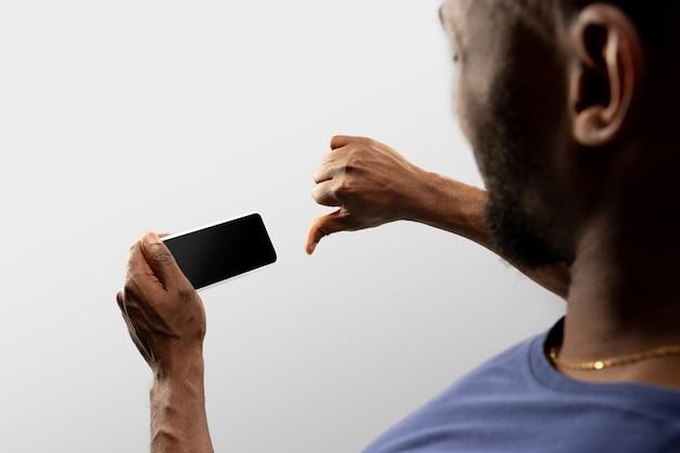 Trzymając się za ręce smartphone, miejsce na reklamę. białe tło