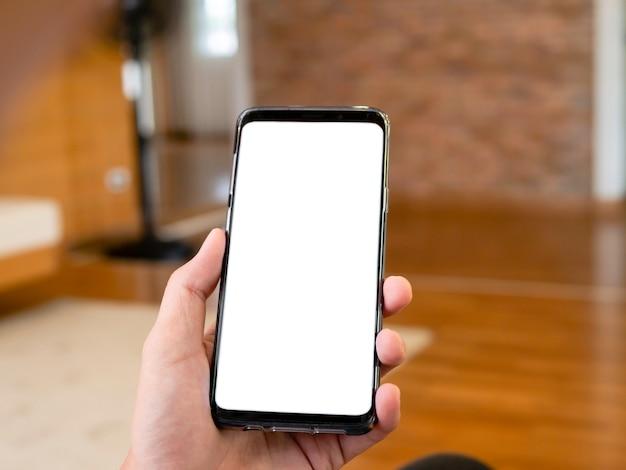 Trzymając smartfon w ręku, za pomocą inteligentnego telefonu