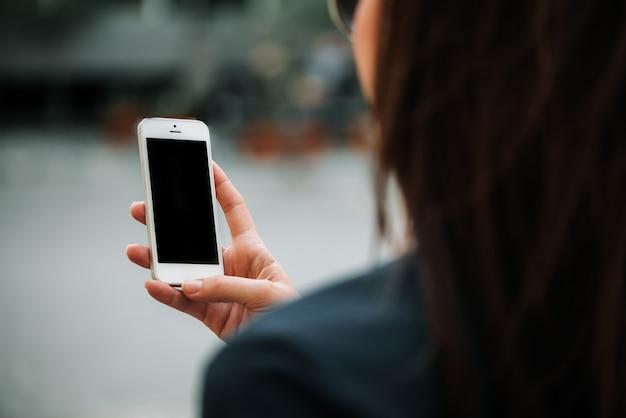 Trzymając telefon z pustym ekranem