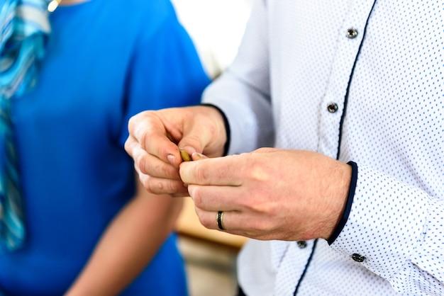 Trzymając w rękach świece i dziecko na chrzcie w rosyjskiej cerkwi.