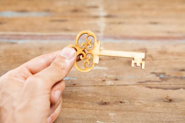 Trzymanie kluczy na drewnianej powierzchni
