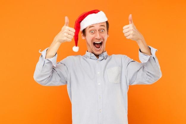 Trzymanie wielu kolorowych torebek po świątecznych zakupach, kciuki w górę i ząbkowany uśmiech
