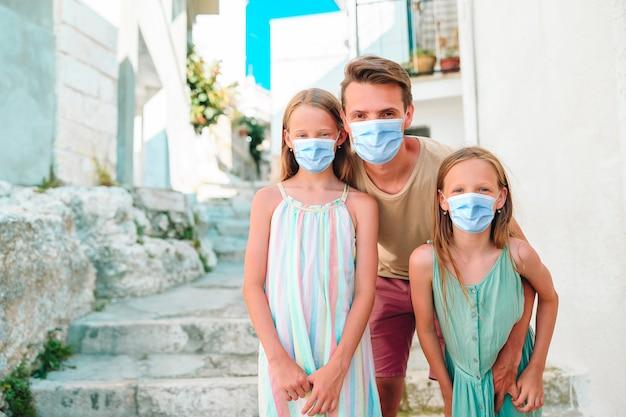 Trzyosobowa rodzina na wakacjach w europie