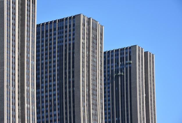 Trzypoziomowe wieżowce, szare wieżowce