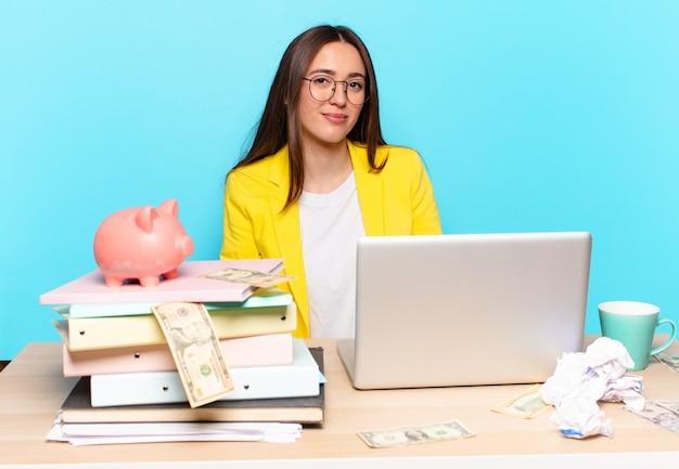 Tty bizneswoman siedząca na biurku pracująca z laptopem