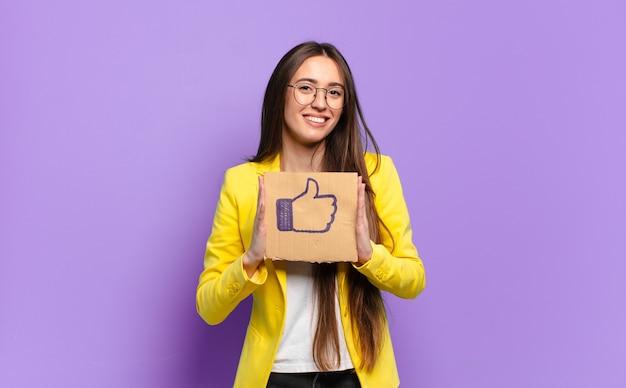 Tty bizneswoman trzyma media społecznościowe, takie jak symbol