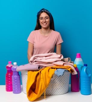 Tty gospodyni kobieta pranie ubrań