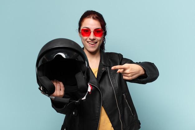 Tty kobieta motocyklista z kaskiem ochronnym
