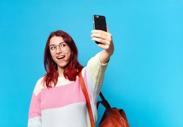 Tty studentka używająca swojego telefonu