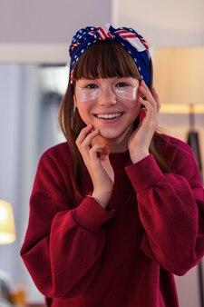 Tu jestem. zadowolona nastolatka spędzająca weekend i wykonująca zabiegi kosmetyczne