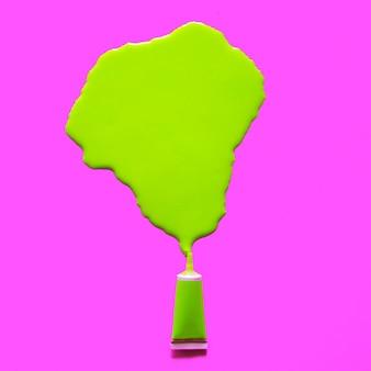 Tubka kwaśnej farby. rozlany. koncepcja kreatywnych kolorów