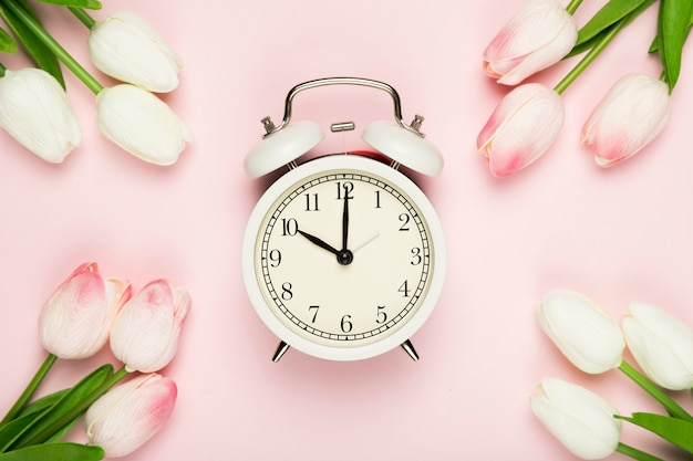 Tulipanowa ramka z zegarem pośrodku