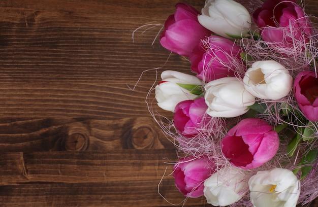 Tulipanowy bukiet na drewnianym copyspace