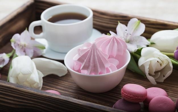 Tulipany i filiżanka kawy z deserem. conce
