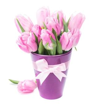 Tulipany i jajka na białym tle. dekoracje wielkanocne.