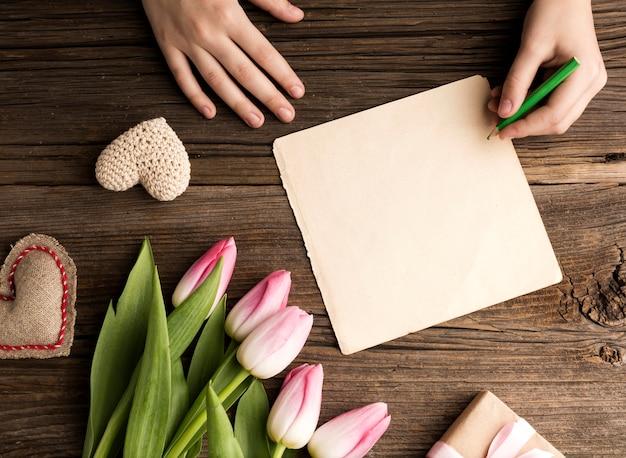 Tulipany i kartkę z życzeniami