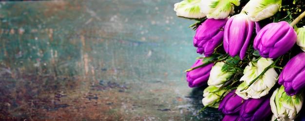 Tulipany na drewnianym tle