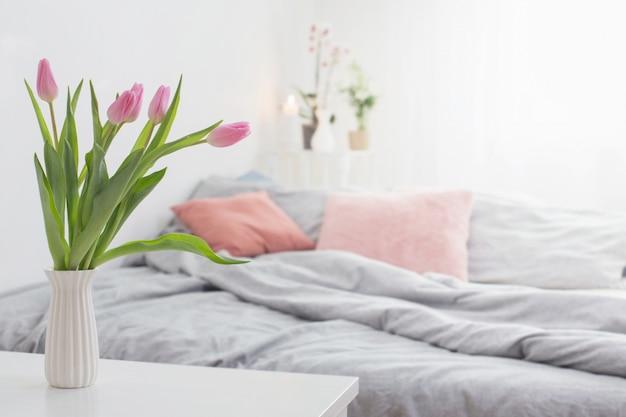 Tulipany w wazonie w przytulnej sypialni