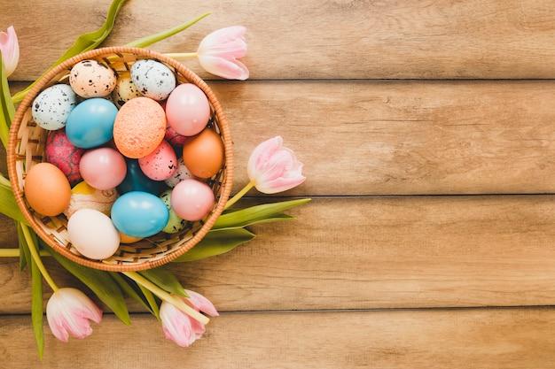 Tulipany wokół miski z jajkami