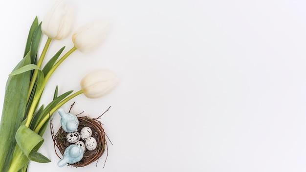 Tulipany z jajkami przepiórczymi w gnieździe