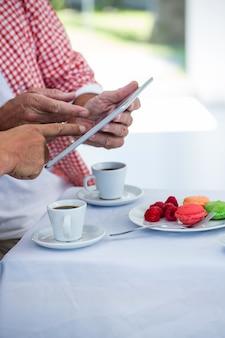 Tułów człowieka z przyjacielem za pomocą cyfrowego tabletu