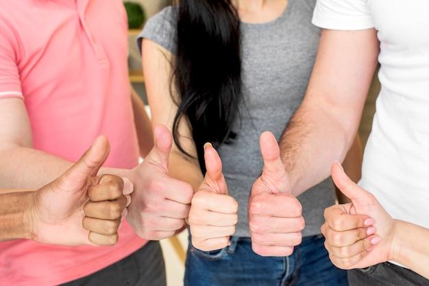 Tułów przyjaciół pokazując gest thumbup