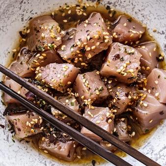 Tuńczyk w sosie sojowym i sezamie