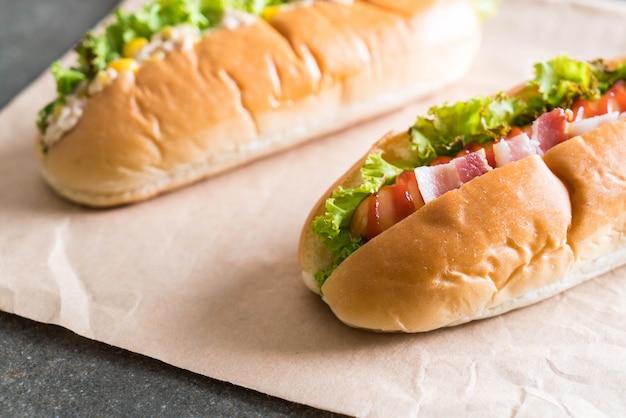 Tuńczyka kukurydziana sałatka hotdog i boczek kiełbasa