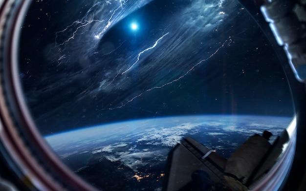 Tunel czasoprzestrzenny. tapeta kosmiczna science fiction, niewiarygodnie piękne planety, galaktyki, ciemne i zimne piękno nieskończonego wszechświata.