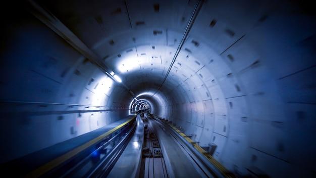 Tunel dla pociągów na lotnisku w zurychu, koncepcja prędkości i technologii