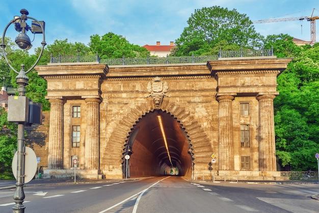 Tunel drogowy w pobliżu kolejki linowej na wzgórze zamkowe. budapeszt. węgry.